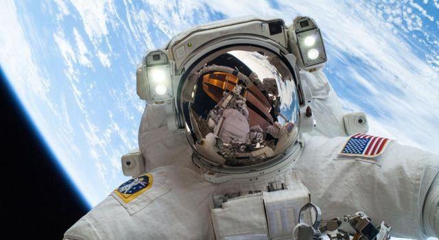 Астронавт в космосе на орбите