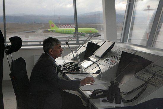 Специалист отслеживает самолеты