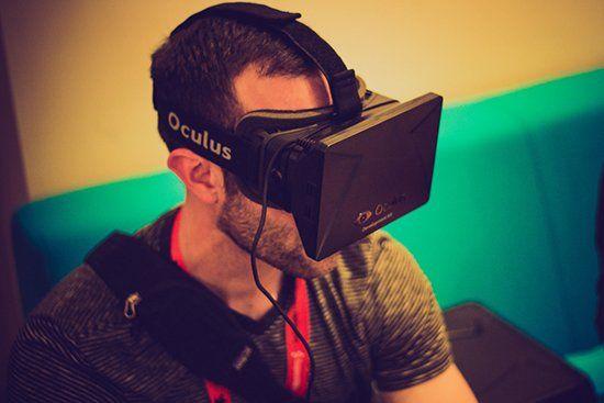 Парень в VR-очках