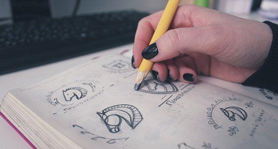Дизайнер делает набросок
