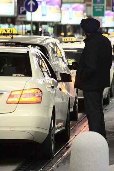 Пассажир ждет такси