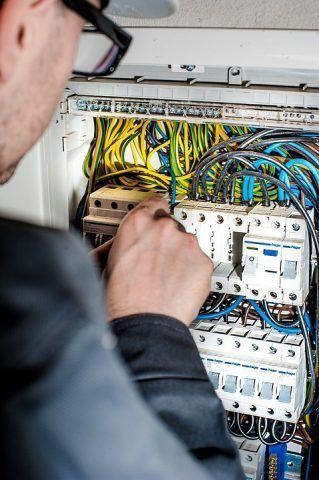 Электрик чинит провода