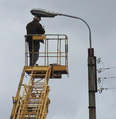 Электрик за работой