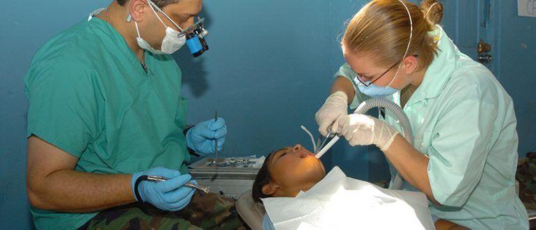 Стоматологи за работой