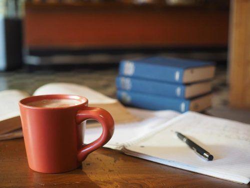 Чашка кофе и рабочие документы