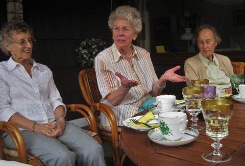 Пожилые общаются во время чаепития