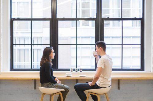 Двое молодых людей общаются