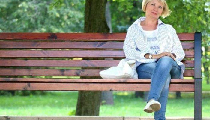 Женщина сидит
