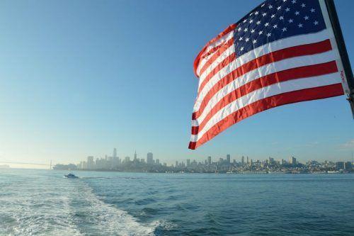 Океан и флаг США