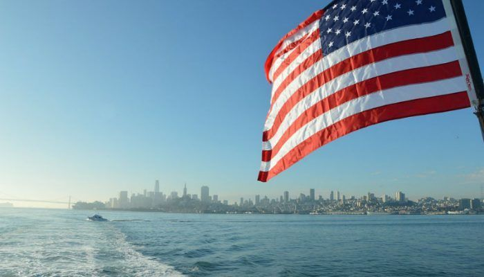 Море и флаг США